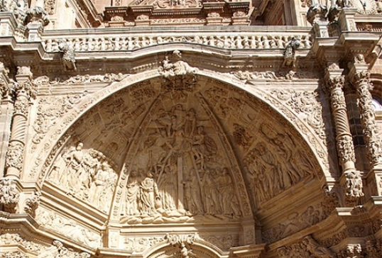 Arco central y relieves de la Catedral de Astorga