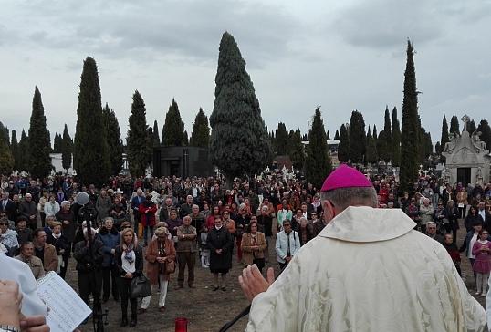 El Señor Obispo preside la Eucaristía en el Cementerio de Ponferrada